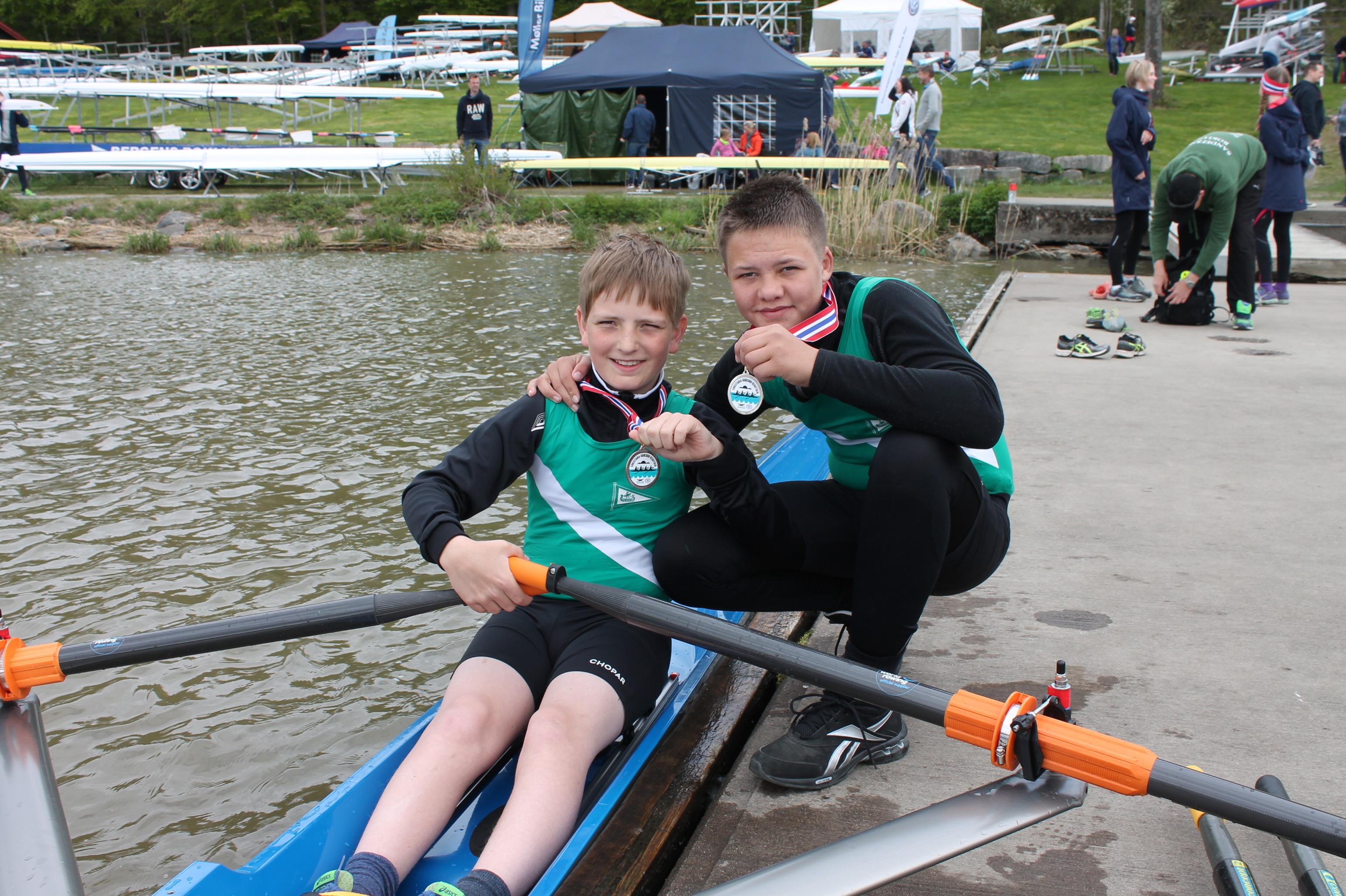 To fornøyde medaljevinnere, Emil og Elling.