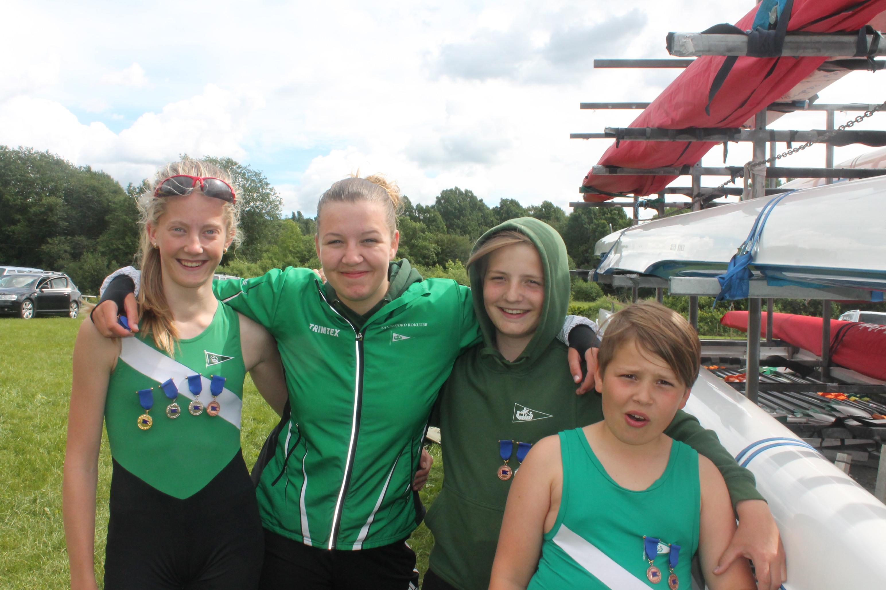 Sofie, Siri, Emil og Noah med medaljer og smil.